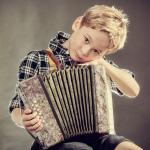 תמונה של ילד עם מפוחית סגנון רוסי