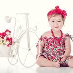 ילדת פרחים קטנה מצולמת בסטודיו לבן