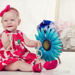 ילדה מקסימה מצומת מול מראה עם תכשטים