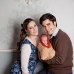 צילום משפחה צעירה עם תינוק בבית, אפשרות להזמין צלמת עם כל הציוד